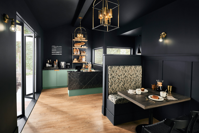 Το Wishful Green M410-2 τυλίγει ένα καφέ με ένα λεπτό πλούτο. Η φωτογραφία είναι ευγενική προσφορά του Behr Paint.