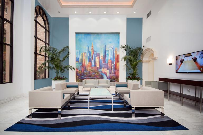 Το γαλάζιο μπλε των δεσμών Voyage PPU13-7 προσελκύει το βλέμμα στη φωτεινή ζωγραφική, δίνοντας στο χώρο μια αισθητική ισορροπία. Η φωτογραφία είναι ευγενική προσφορά του Behr Paint.